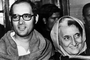 संजय गांधी अपनी मां इंदिरा के साथ