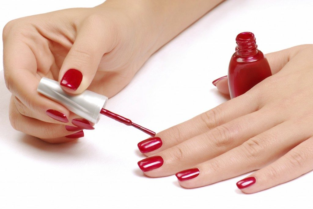 apply nail polish in hindi
