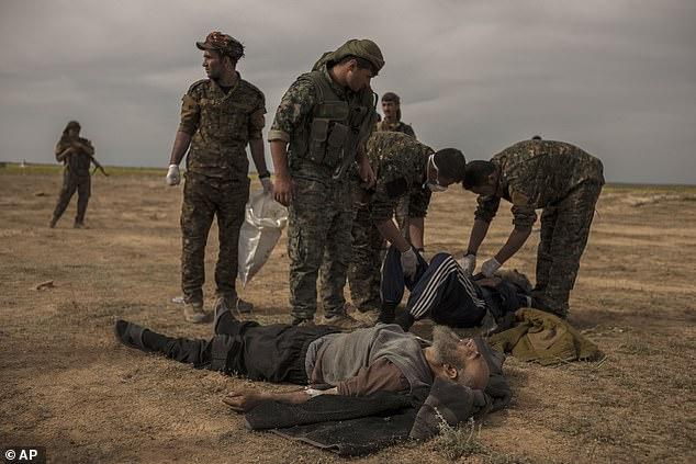 आतंकवादियों के अंतिम गढ़ में बमबारी के बाद घायलों का इलाज करते सैनिक