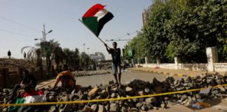 सूडानी प्रदर्शनकारियों ने किया चक्का जाम