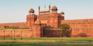 essay on red fort in hindi