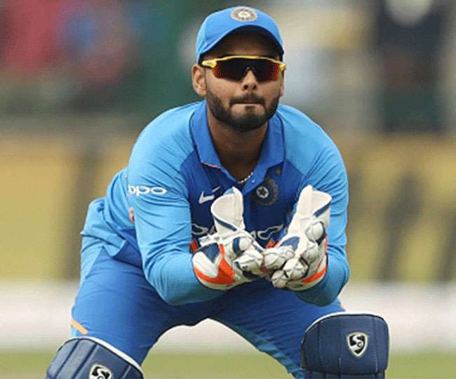 मुंबई वनडे : ऋषभ पंत के सिर पर लगी गेंद, लोकेश राहुल ने संभाली विकेटकीपिंग की जिम्मेदारी